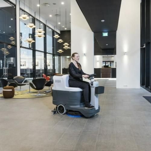 Podlahové stroje se sedící obsluhou