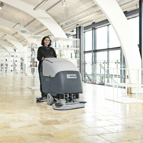 Velké podlahové mycí stroje s chodící obsluhou